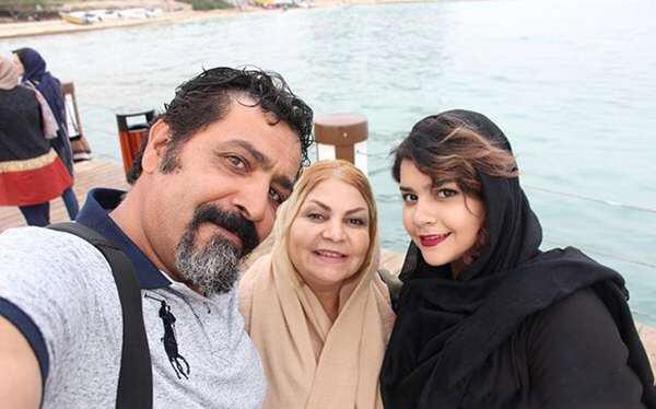 آوا کاوری با پدر و مادرش