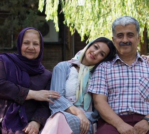جوانه دلشاد همراه پدر و مادرش