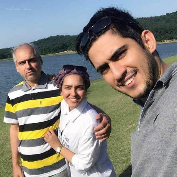 خانم کرمی همراه پدر و برادرش